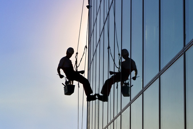 mycie okien wieżowiec